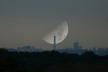 L'attribut alt de cette image est vide, son nom de fichier est eiffel-lune-200103.png.