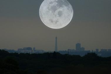 L'attribut alt de cette image est vide, son nom de fichier est eiffel-lune-200505.png.